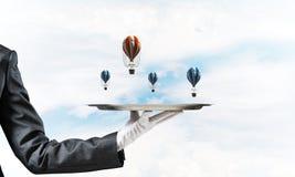 Hand van serveerster die ballons op dienblad voorstellen Royalty-vrije Stock Afbeelding