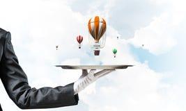 Hand van serveerster die ballons op dienblad voorstellen Stock Afbeelding