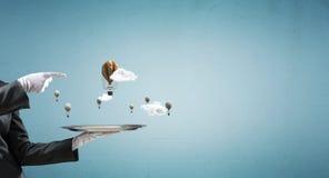 Hand van serveerster die ballons op dienblad voorstellen Royalty-vrije Stock Foto