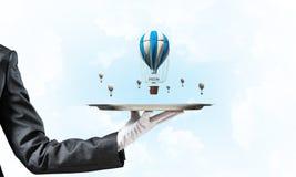 Hand van serveerster die ballons op dienblad voorstellen Royalty-vrije Stock Fotografie