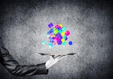 Hand van serveerster die kubussen op dienblad voorstellen Stock Foto