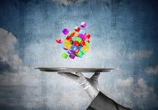 Hand van serveerster die kubussen op dienblad voorstellen Stock Fotografie