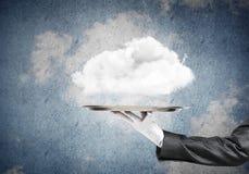 Hand van serveerster die wolk op dienblad voorstellen Stock Foto's