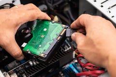 Hand van Technicus Installing een Desktop Hard Aandrijving, een controle en een Re royalty-vrije stock foto's