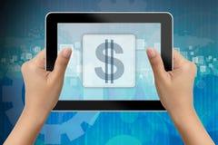 Hand van vrouw die digitale tablet met dollarpictogram houden Stock Afbeeldingen