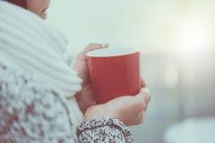 Hand van vrouw die een mok hete thee houdt royalty-vrije stock afbeelding