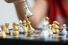 Hand van vrouw het spelen schaak voor bedrijfstactiek en ontmoete planning Stock Fotografie