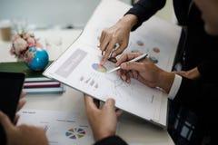 Hand van zakenman die aan rapporten, grafieken, zaken docum richten royalty-vrije stock afbeeldingen