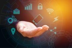 Hand van zakenman die slimme telefoon blauwe touchscreen houden Hand w royalty-vrije stock fotografie
