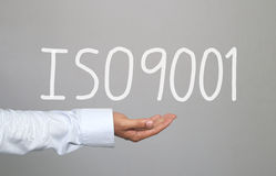 Hand van zakenman en hand getrokken tekstiso9001 systeem Stock Foto's