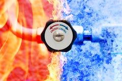 Hand verwarmend controlemechanisme met rode en blauwe pijlen op brand en ijsachtergrond Royalty-vrije Stock Fotografie