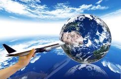 Hand, vliegtuig en aarde Stock Foto