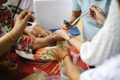 Hand-voedt aan behoeftig in de maatschappij: Concept het Voeden: De vrijwilligers geven voedsel aan de armen: het schenken van vo stock afbeelding