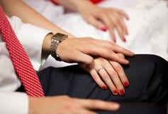 Hand in Hand vom Mann und von der Frau mit roter Maniküre Stockbilder