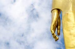 Hand von Buddha-Statue auf blauem Himmel Stockbild