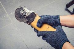 Hand von den Arbeitskraftmanngriff Schleiferblättern gebrochen Gefahren der Anwendung stockfotografie