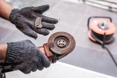 Hand von den Arbeitskraftmanngriff Schleiferblättern gebrochen Gefahren der Anwendung lizenzfreie stockfotografie