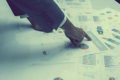 Hand von den jungen Geschäftsleuten, die Diagramm- und Diagrammdokument analysieren Lizenzfreies Stockbild