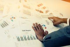 Hand von den jungen Geschäftsleuten, die Diagramm- und Diagrammdokument analysieren Lizenzfreie Stockbilder