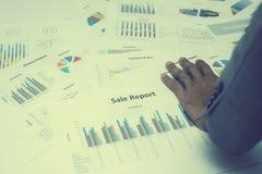 Hand von den jungen Geschäftsleuten, die Diagramm- und Diagrammdokument analysieren Lizenzfreie Stockfotos