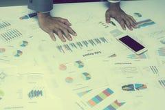 Hand von den jungen Geschäftsleuten, die Diagramm- und Diagrammdokument analysieren Lizenzfreie Stockfotografie