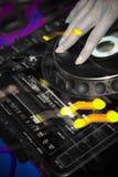 Hand von einem DJ auf einer Drehscheibe in einem Nachtklub Lizenzfreies Stockbild