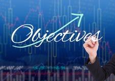 Hand von Geschäftspersonen-Schreiben ZIELEN auf dem Schirm mit Börsehintergrund stockfotografie
