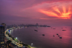 Hand von Gottlichtern auf Pattaya-Strand Stockfotografie