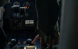 Hand von helicoter Piloten irgendeinen Knopf im Bedienfeld betätigend stockfotografie