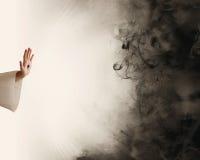 Hand von Jesus Dunkelheit stoppend stockbild