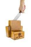 Hand von Küchenmessern in der Holzkiste Lizenzfreie Stockfotos