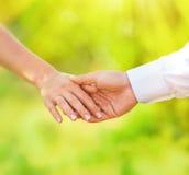 Hand von verheirateten Leuten lizenzfreies stockbild
