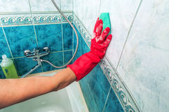 Hand washes the tiles Royalty Free Stock Photos