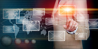 Hand wat betreft e-mail met vinger Stock Foto