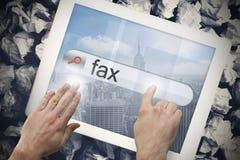 Hand wat betreft fax op onderzoeksbar op het tabletscherm Stock Foto's