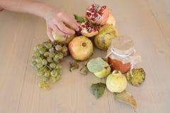 Hand wat betreft fruit Stock Foto's