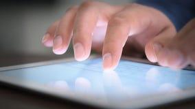 Hand wat betreft het scherm op moderne digitale tabletPC stock video