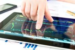 Hand wat betreft het scherm van tabletpc Stock Foto's