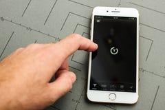 Hand wat betreft iphone 7 van het schermtesla App plus Stock Foto