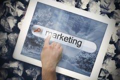Hand wat betreft marketing op onderzoeksbar op het tabletscherm Stock Afbeeldingen