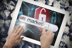 Hand wat betreft marketing op onderzoeksbar op het tabletscherm Royalty-vrije Stock Fotografie