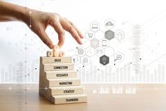 Hand wat betreft nummer ??n pictogrammen over houten trede, Mobiele betalingen, Digitale marketing bankwezen stock afbeeldingen