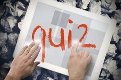 Hand wat betreft quiz op onderzoeksbar op het tabletscherm Stock Fotografie