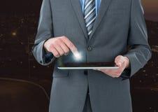 Hand wat betreft tablet met gloed royalty-vrije stock foto