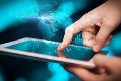 Hand wat betreft tablet met het globale concept van het landgoedrapport stock afbeeldingen