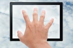Hand wat betreft tablet in wolk Royalty-vrije Stock Fotografie