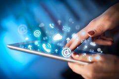 Hand wat betreft tabletpc, sociaal media concept Royalty-vrije Stock Fotografie