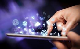 Hand wat betreft tabletpc, sociaal media concept Royalty-vrije Stock Foto's