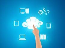 Hand wat betreft technologie van wolk gegevensverwerking Stock Foto