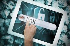 Hand wat betreft verbinding op onderzoeksbar op het tabletscherm Stock Foto